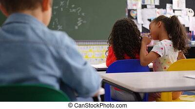 chuchotement, classe, elle, mélangé-race, vue, arrière, camarades classe, écolières, 4k, oreille