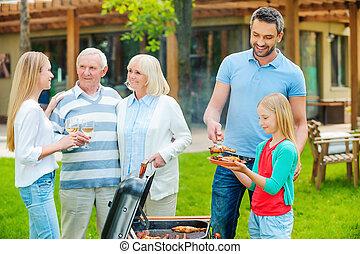 churrasqueira, grande, jarda, barbecuing, família, pessoas, gastando, family., costas, cinco, tempo, feliz, carne