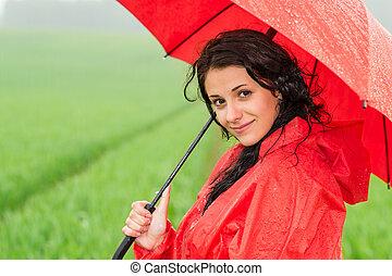 chute de pluie, femme regarde, appareil photo, pendant, sourire