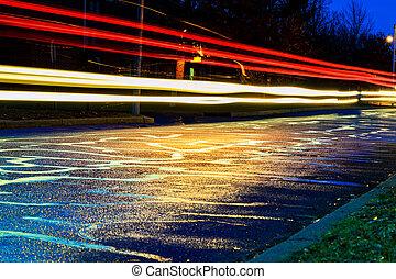 chuvada torrencial, em, a, cidade grande, noturna, luz, de, a, vitrinas, refletido, estrada, que, carros, travel., vista, a, nível, de, asfalto