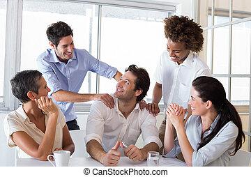 chwalenie, pociągający, biznesmen, coworker