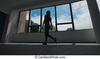 chyląc, do góry., do góry, trening, miasto, młody, po, krajobraz, wstecz, budzenie, patrząc, okno, kobieta, samica, rozciąganie, wykonuje, wzór, rano, bok, ocieplać, prospekt