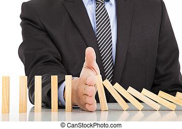 ciągły, biznesmen, ręka, domino, zatrzymywać, przewrócony
