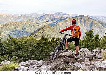 ciągnąć, prospekt, biker, patrząc, jesień, górski rower, góry