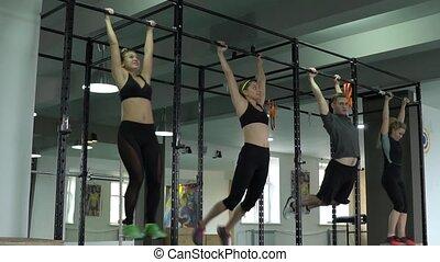 ciągn-ups, powolny, grupa, ludzie, młody, ruch, gym., bar