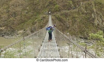 ciężki ładunek, nepal., most, na, mężczyźni, naniesieni, zawieszenie, rzeka, miejscowy