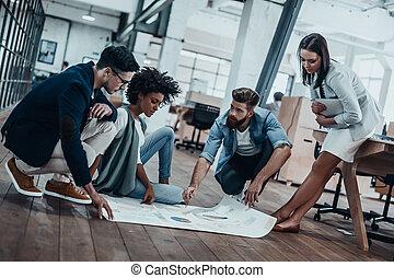 cianografia, details., gruppo, persone affari, sopra, pavimento, posa, dall'aspetto, fiducioso, mentre, andare, qualcosa, discutere