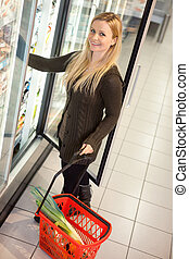 cibo freddo, supermercato, donna