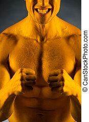 cicatrizarse, de, ataque, muscular, hombre, con, dorado, skin., posición, con, fuerte, expresión, en, el suyo, cara, aislado, encima, gris, plano de fondo