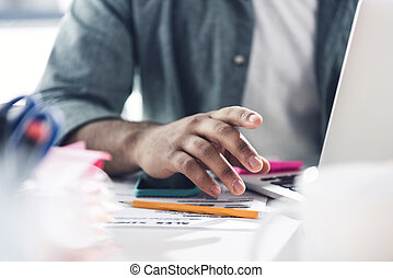 cicatrizarse, de, casual, hombre de negocios, trabajo encendido, computador portatil, en, moderno, oficina, hombres de la corporación mercantil, computadora