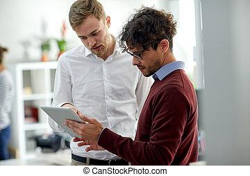 cicatrizarse, de, equipo negocio, con, computadora personal tableta, en, oficina