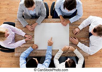 cicatrizarse, de, equipo negocio, con, papel, en la mesa