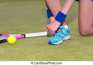 cicatrizarse, de, hembra, jugador del tenis, atar cordones