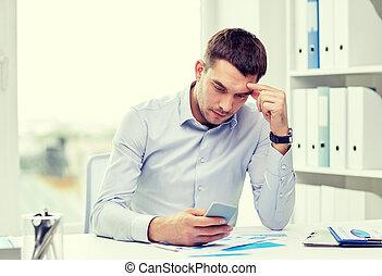 cicatrizarse, de, hombre de negocios, con, smartphone