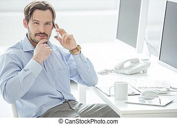 cicatrizarse, de, hombre de negocios, hablar, teléfono móvil