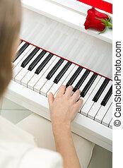 cicatrizarse, de, mano femenina, piano que juega
