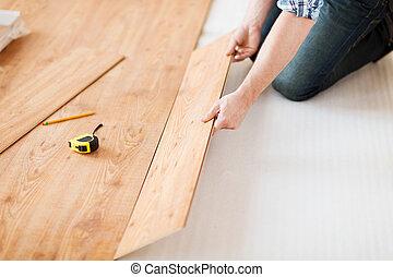 cicatrizarse, de, manos masculinas, intalling, madera,...