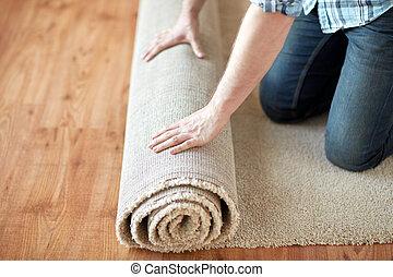 cicatrizarse, de, manos masculinas, rodante, alfombra