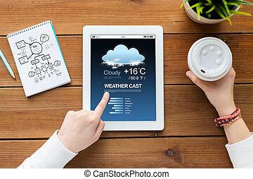 cicatrizarse, de, mujer, con, computadora personal tableta, en, tabla de madera