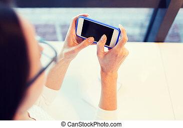 cicatrizarse, de, mujer, con, smartphone, en, oficina