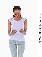 cicatrizarse, de, mujer mirar, en, tableta, blanco, plano de fondo