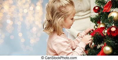 cicatrizarse, de, niña, árbol de navidad decorando