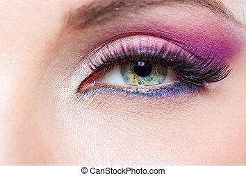 cicatrizarse, de, ojo femenino, con, rosado brillante, maquillaje