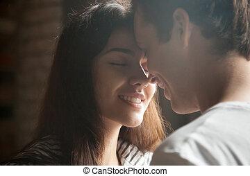 cicatrizarse, de, par romántico, teniendo, momento íntimo, juntos