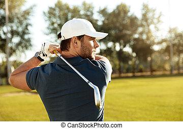 cicatrizarse, de, un, joven, concentrado, hombre, disparando, pelota de golf