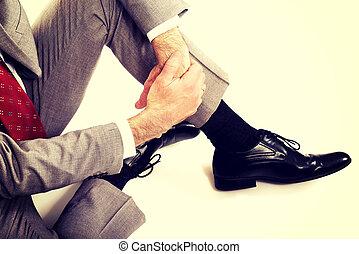 cicatrizarse, hombre de negocios, sentado sobre el piso