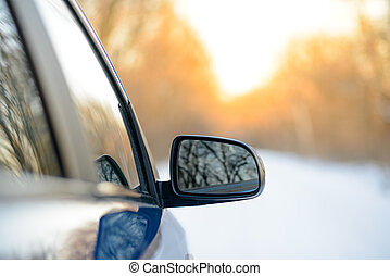 cicatrizarse, imagen, de, lado, retrovisor, en, un, coche, en, el, paisaje de invierno, con, sol de la tarde