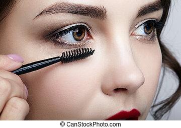 cicatrizarse, retrato, de, hermoso, joven, morena, mujer, face., hembra, ser aplicable, rímel, a, pestañas