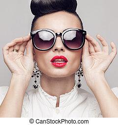 cicatrizarse, retrato, de, hermoso, vendimia, estilo, modelo, llevando, redondo, negro, sunglasses., updo, grande, pendientes