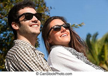 cicatrizarse, retrato, de, pareja, con, gafas de sol