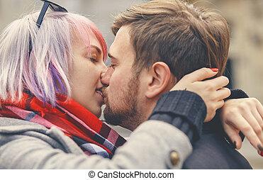 cicatrizarse, retrato, de, un, feliz, pareja joven, enamorado