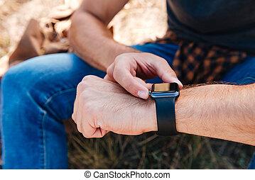 cicatrizarse, retrato, de, un, hombre, utilizar, smartwatch, aire libre