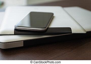 cicatrizarse, teléfono, en, tableta, y, computador portatil, nueva tecnología, concepto