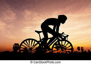 ciclismo, triatlón, en, crepúsculo, tiempo