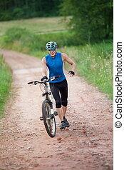 ciclista, correndo, spinta, bicicletta, suo