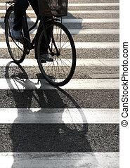 ciclista, cruzamento, peão