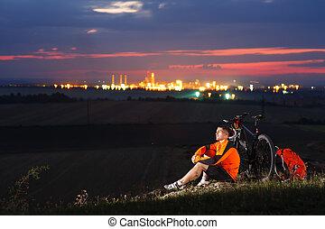 ciclista, descansar, aside., olhar, capim, montanhas., homem