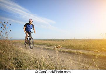 ciclista, dirigindo, sujeira, ao ar livre, rural, macho, estrada