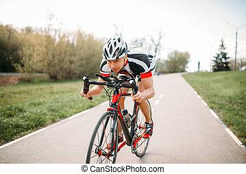 ciclista, em, capacete, e, sportswear, bicicleta, treinamento