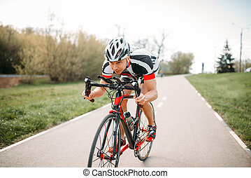 ciclista, en, casco, y, ropa de deporte, bicicleta, entrenamiento