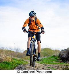 ciclista, equitación, el, bicicleta, en, el, hermoso, montaña, rastro
