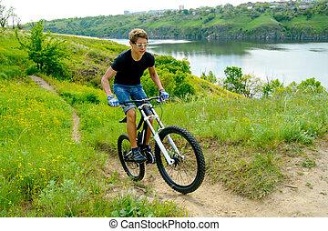 ciclista, equitación, el, bicicleta, en, hermoso, primavera, montaña, rastro