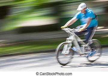 ciclista, in, traffico, su, città, carreggiata