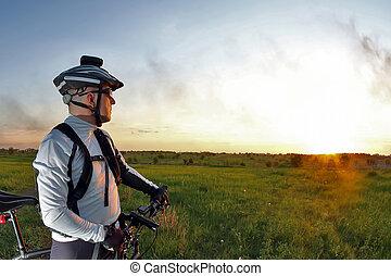 ciclista, ligado, bicicleta, olha, pôr do sol