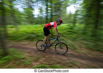 ciclista montagna, con, priorità bassa vaga