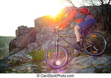 ciclista, montanha, rochoso, primavera, concept., esportes, baixo, rastro, bicicleta, colina, montando, sunset., extremo